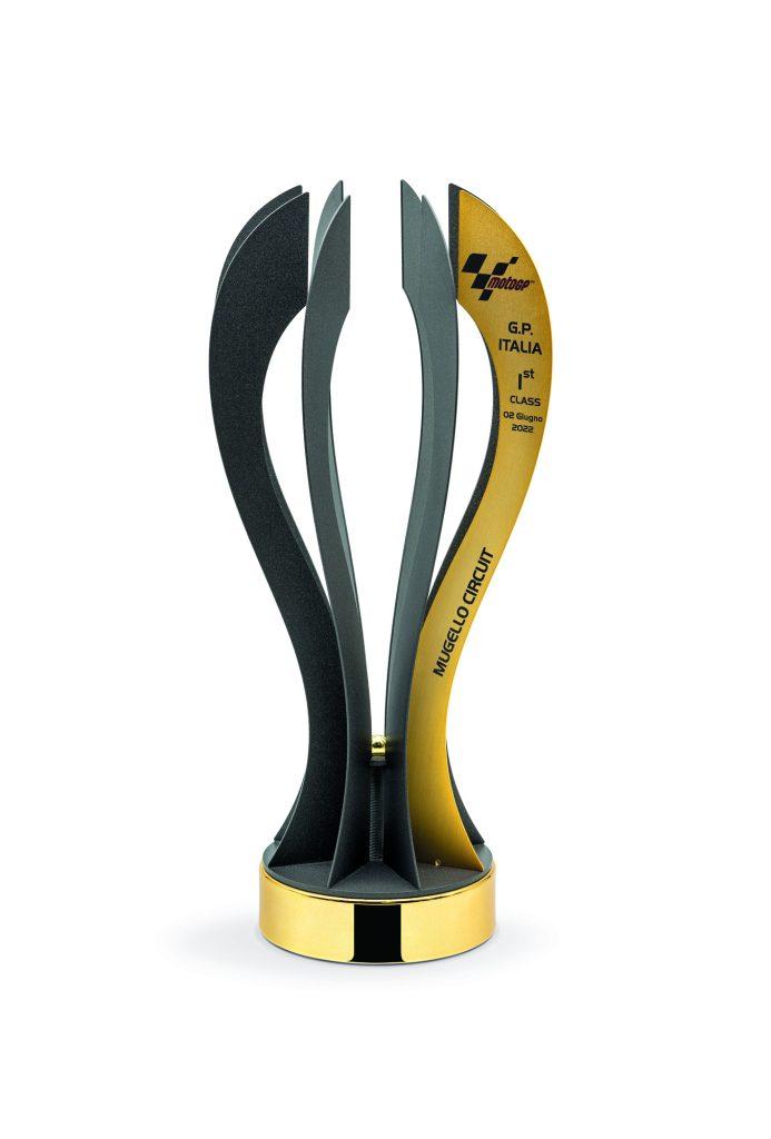 Trofeo con lamine in metallo verniciato scuro