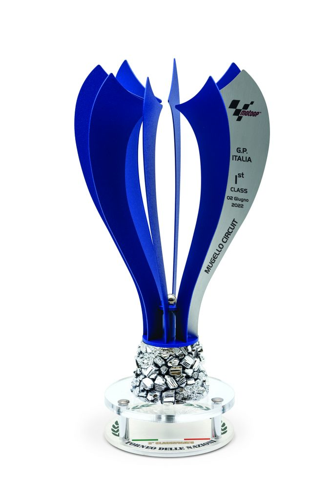 Trofeo con lamine in metallo verniciato blu